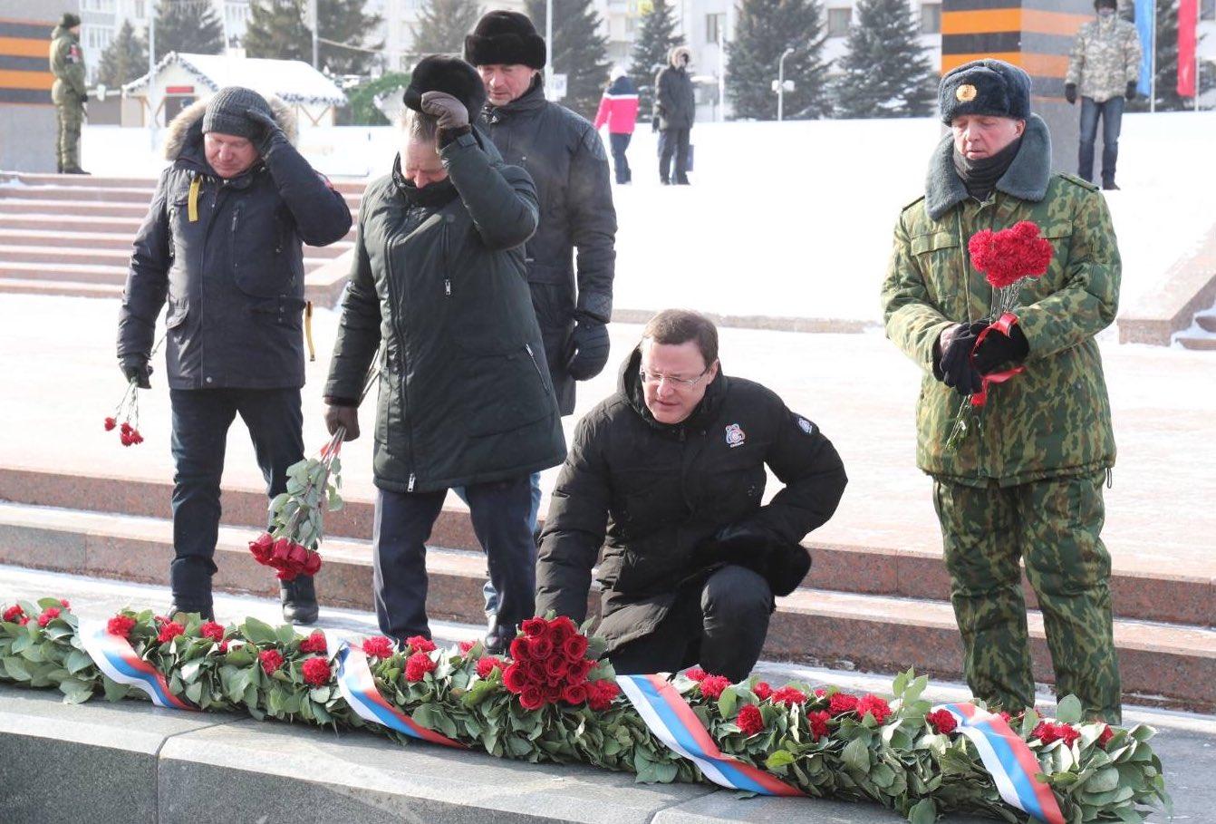 Губернатор Дмитрий Азаров и главы Самары Елена Лапушкина возложили цветы к Вечному огню